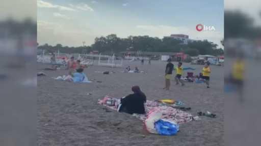 Sahilde tepki çeken korkutan şaka…Cankurtaran kıyafeti giyip ellerinde düdükle denize girenleri çıkarıp ortadan kayboldular