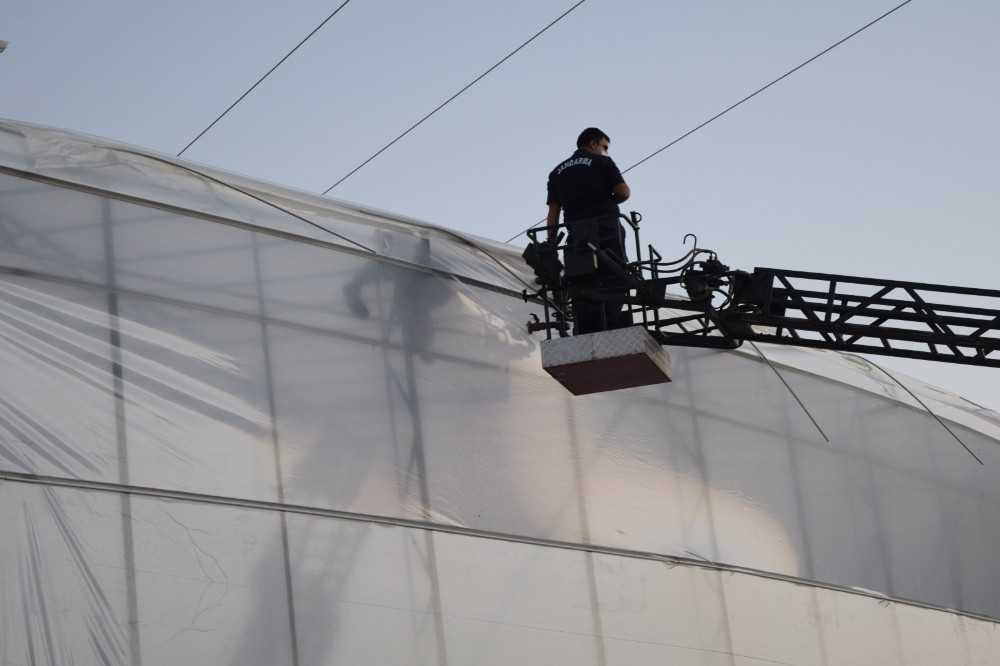 Sera naylonu çeken işçi elektrik akımına kapılarak can verdi