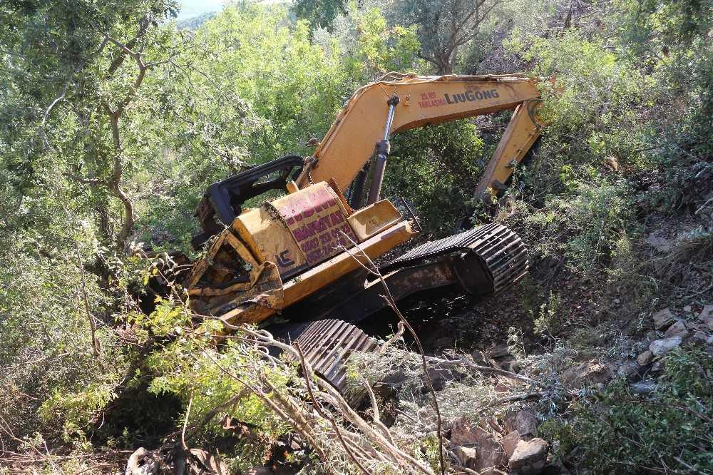 Yamaçta çalışan iş makinesi 500 metreden aşağı yuvarlandı: 1 ölü