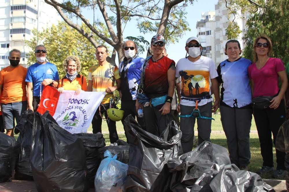 35 metrelik falezlerdeki çöpleri, gönüllü dağcılar topladı