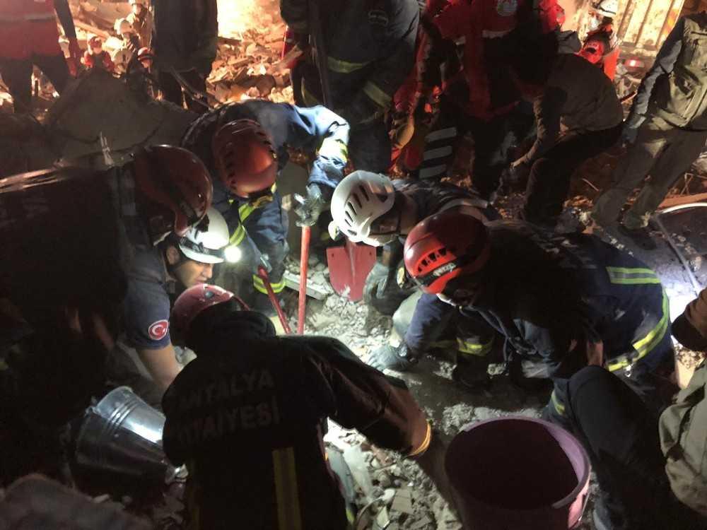 Antalya Büyükşehir Belediyesi, deprem bölgesinde yaraları sarıyor