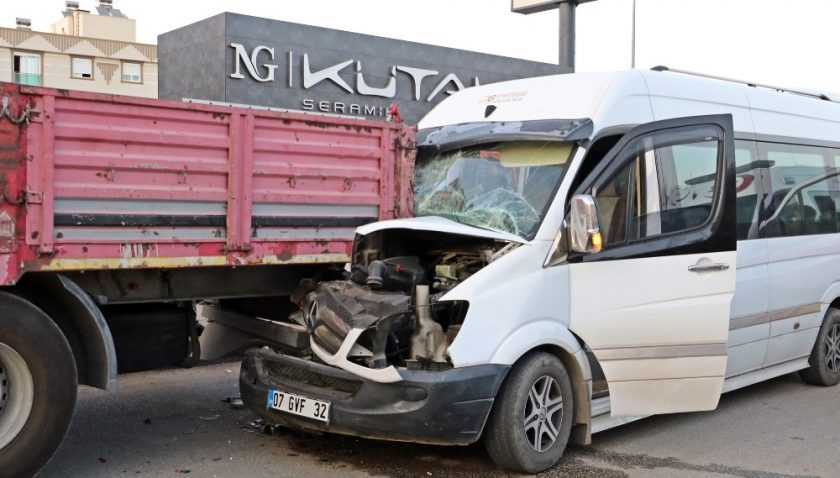 Antalya'da personel servisi tıra çarptı: 12 yaralı