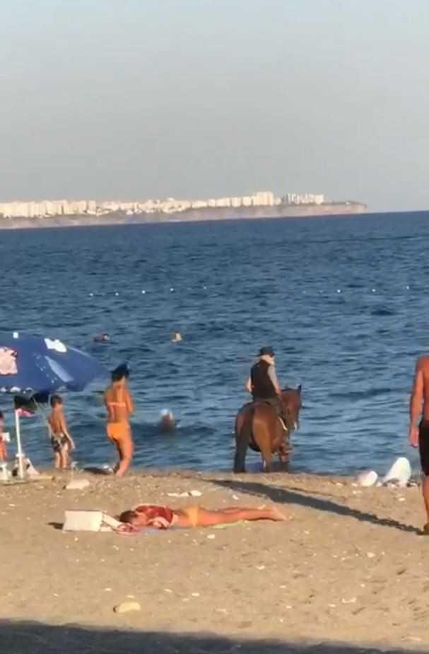 Atını denize süren kovboy, tatilcileri şaşkına çevirdi