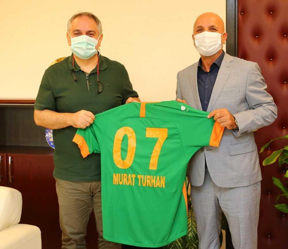 Aytemiz Alanyaspor Başkanı Hasan Çavuşoğlu'ndan Rektör Özkan'a forma