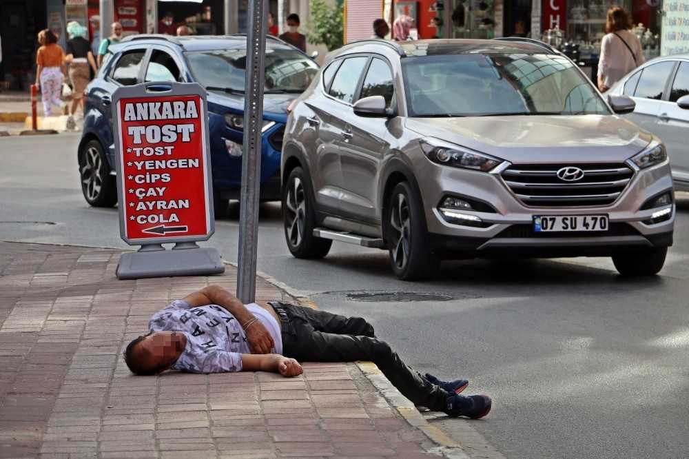 Esnaf sandalyesini sarhoş adam için uyarı levhası yaptı
