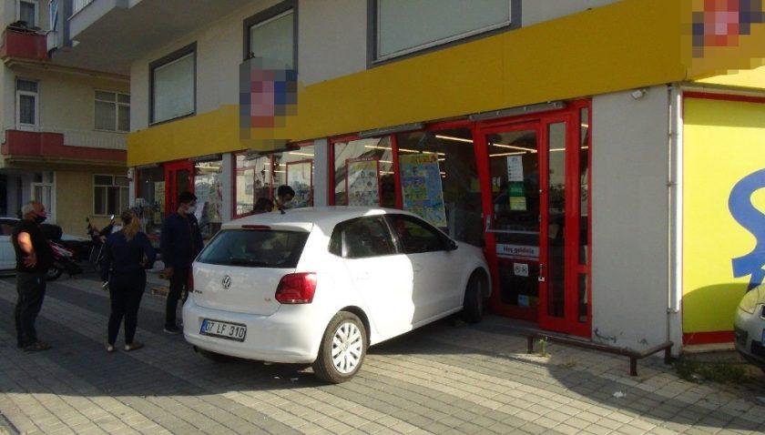 Fren yerine gaza basan sürücü alışveriş merkezine girdi