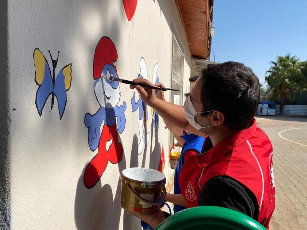 Gönüllü gençler her hafta bir okul boyuyor