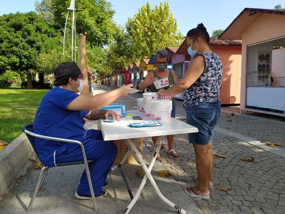 Kemer Belediyesi sokak hayvanları için mama kabı dağıttı