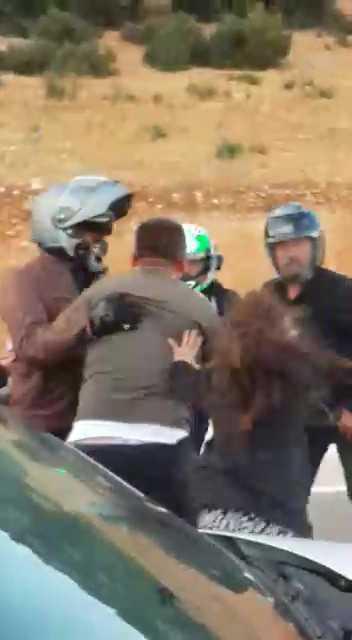 Motosikletli grupla kavga eden babasını kameraya aldı