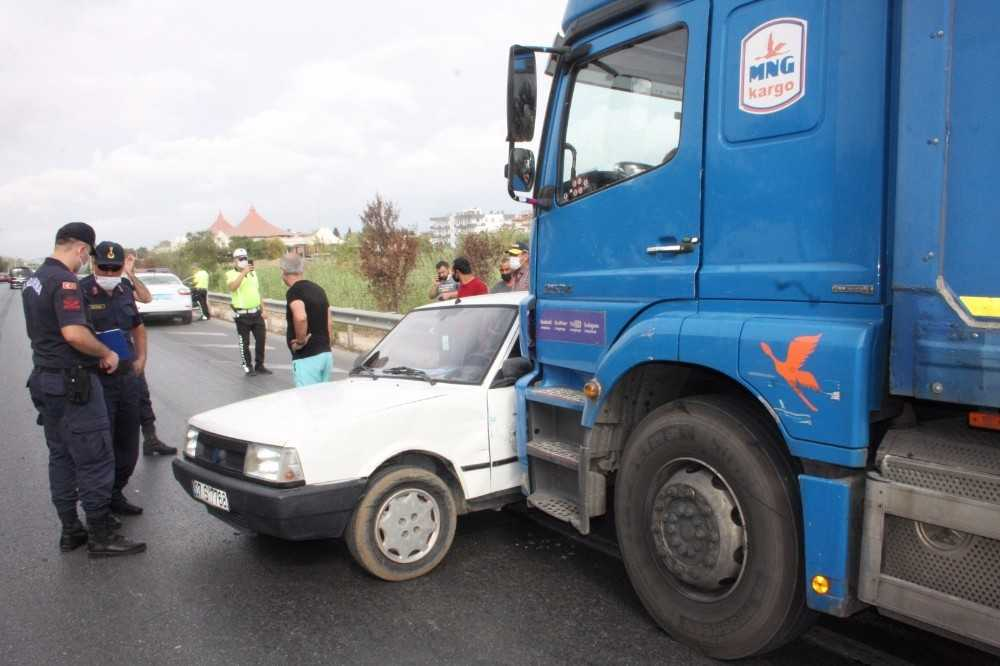 Otomobiliyle kamyonun önünde 100 metre sürüklendi, burnu bile kanamadı