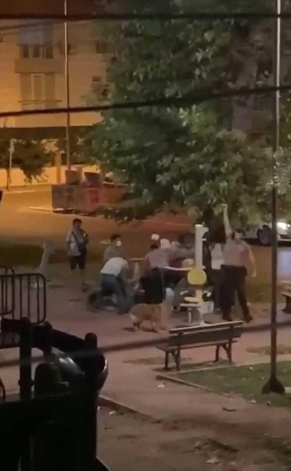 Parktaki kavga, bekçinin havaya ateş açmasıyla sonlandı