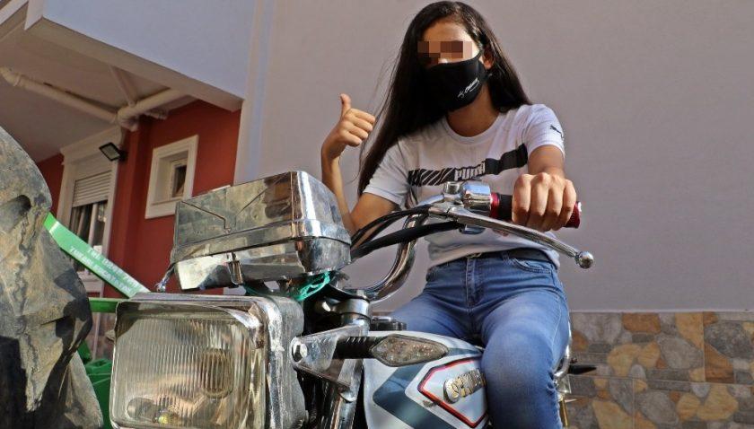 Pencereden atlayarak abisinin motosikletini hırsızların elinden alan genç kız: 'Hiç korkmadım'