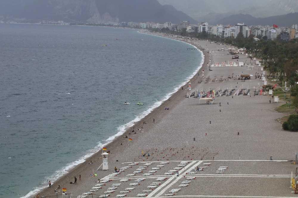Rüzgar ve yağmur bulutları dünyaca ünlü sahili boşalttı
