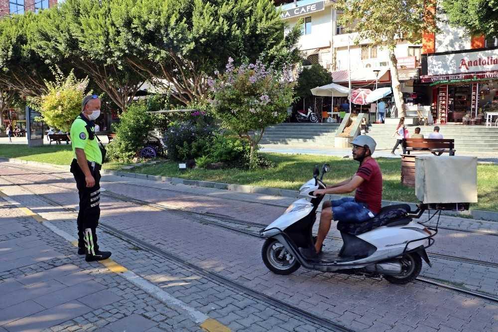 Tramvay yolu ve kaldırımı kestirme yol seçen motosiklet sürücülerini polis affetmedi