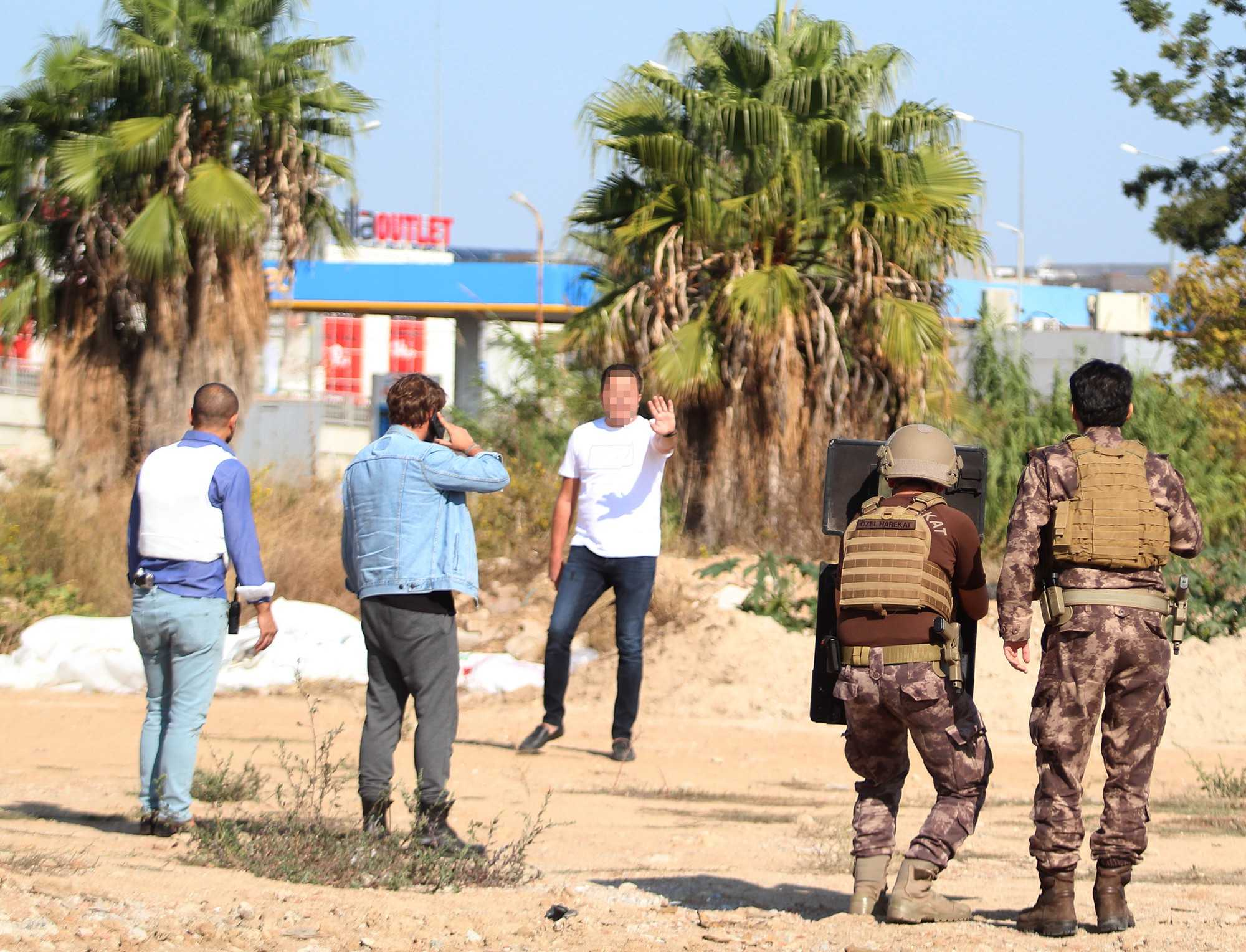 Silahlı eylemci Özel Harekat polisini alarma geçirdi