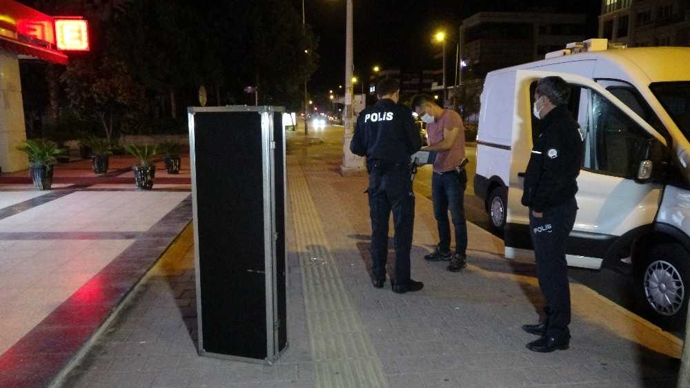 2 metrelik şüpheli müzik aleti kutusu polisi alarma geçirdi
