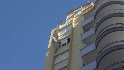 8. kattaki iskelede mahsur kalan 2 işçiyi emniyet kemeri hayata bağladı