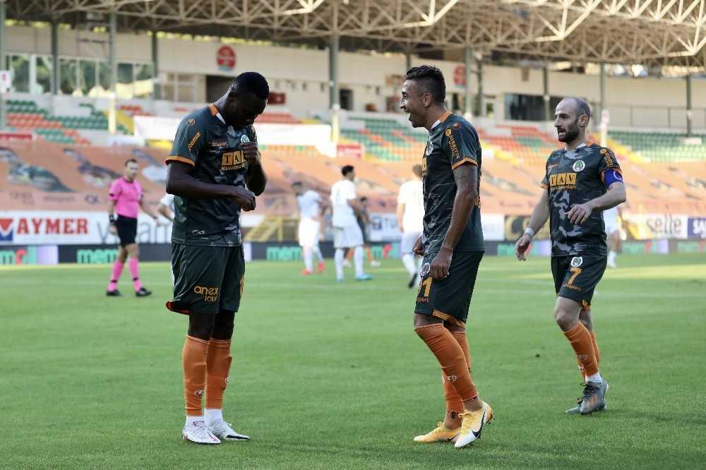 Alanyaspor maç eksiğine rağmen liderliği bırakmıyor