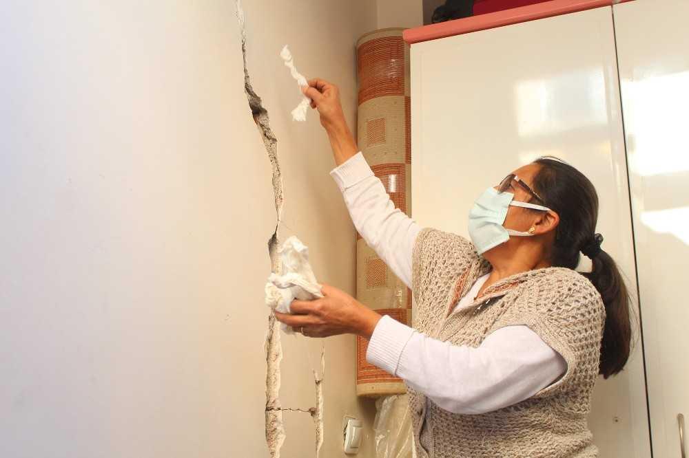 Antalya'da 2 bloklu 21 daireli bina sakinlerini korkutan çatlaklar