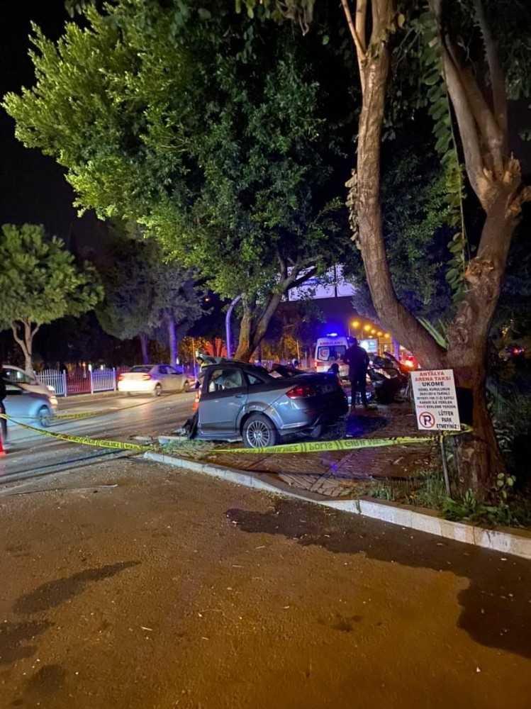 Antalya'da ağaca çarpan otomobil ikiye bölündü: 1 ölü, 1 yaralı