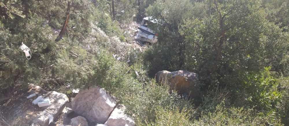 Antalya'da uçuruma yuvarlanan kamyonet sürücüsü yaşamını yitirdi