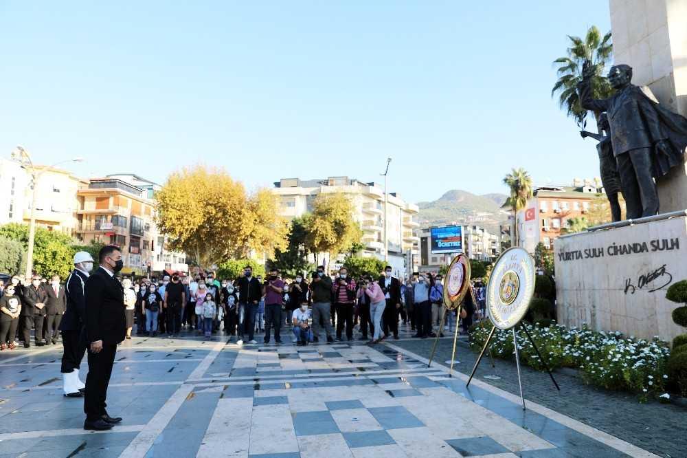 Atatürk Alanya'da saygı duruşu, şiir ve türkülerle anıldı