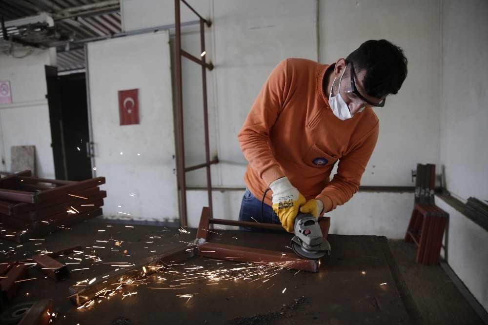 Büyükşehir, kent mobilyalarını atölyelerinde üretiyor