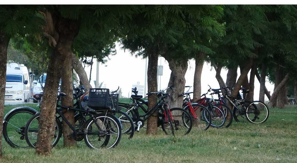 Caddenin refüjü bisiklet otoparkına döndü