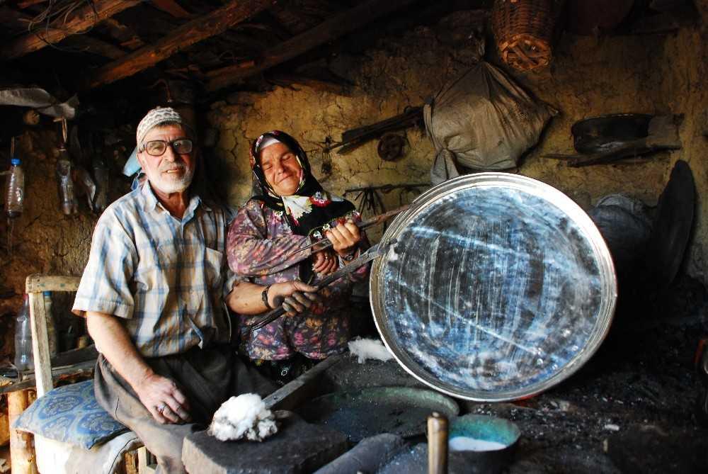 Çırak bulamayan 79 yaşındaki kalaycı ustası eşiyle birlikte çalışıyor