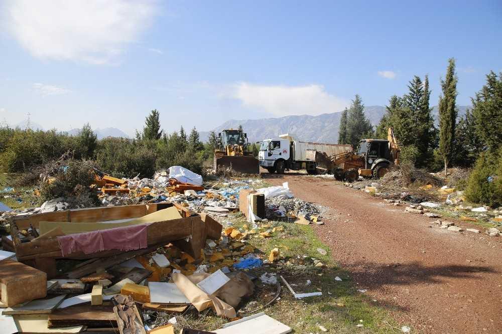 Çöplüğe dönen ormanlık alandan 28 kamyon çöp çıktı