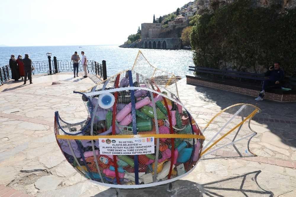 Denizden çıkartılan atıklarla balık heykeli yapıldı