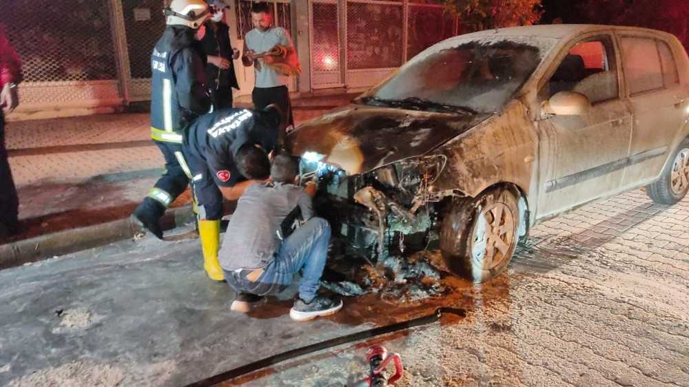 İçinde üç kişinin bulunduğu otomobil seyir halinde alev aldı