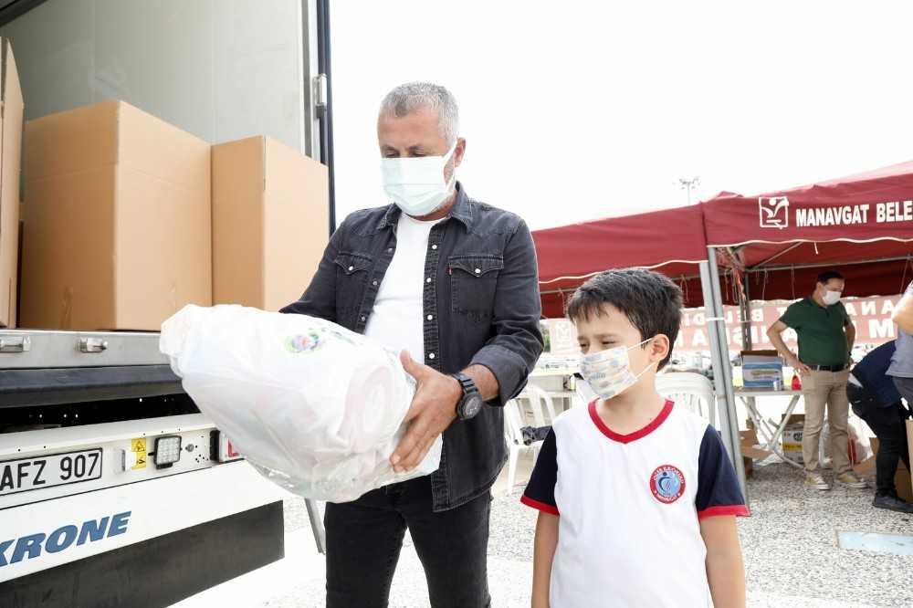 Kendi oyuncaklarından paket yapıp İzmir'e gönderdi