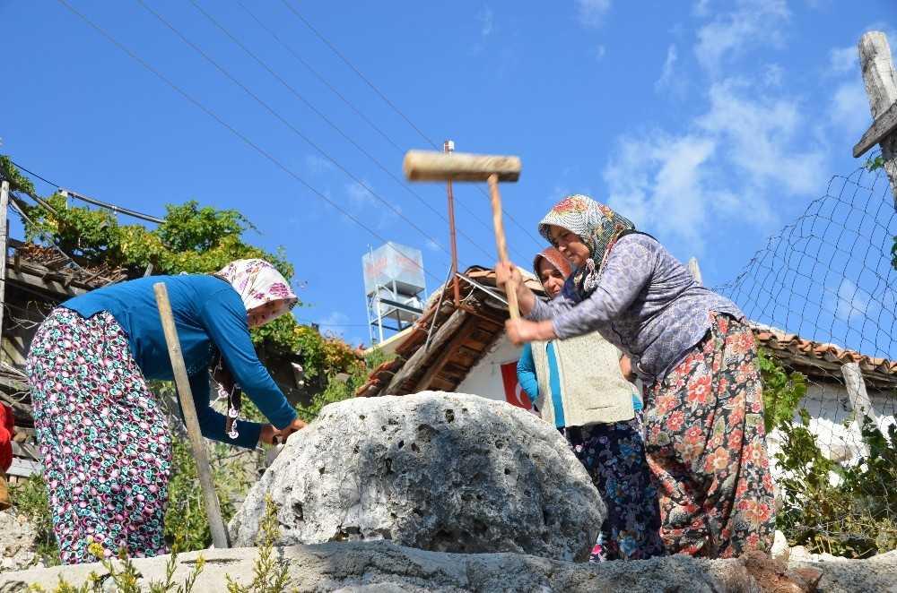 Mevlid ve düğün öncesi köyün kadınları 800 yıllık taşın başında toplanıyor