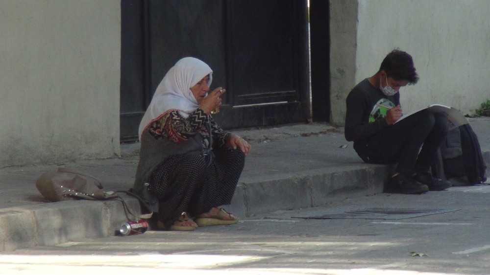 Okul önünde alkol alan kadın kameralara yakalandı