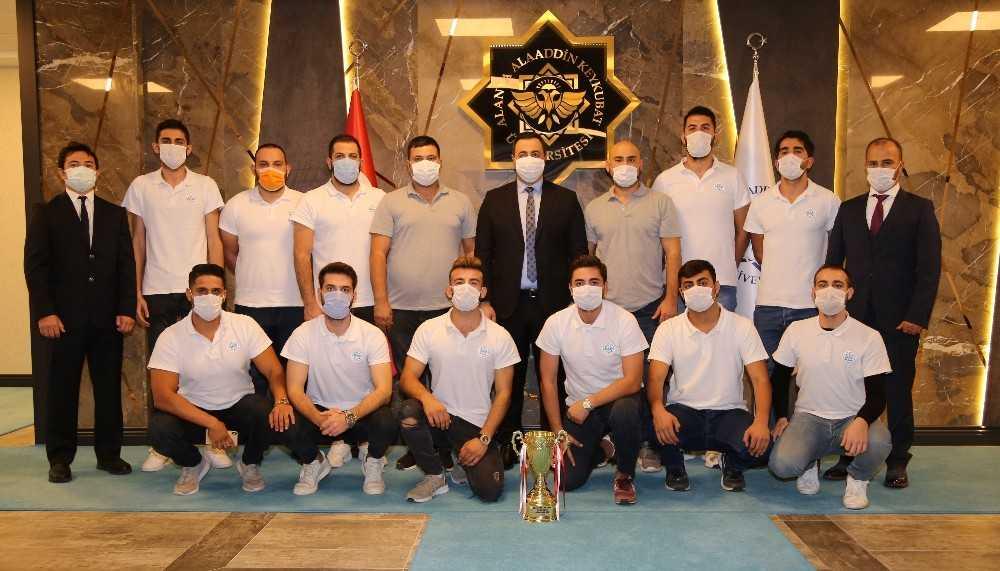 Şampiyonluk kupası Rektör Kalan'a teslim edildi