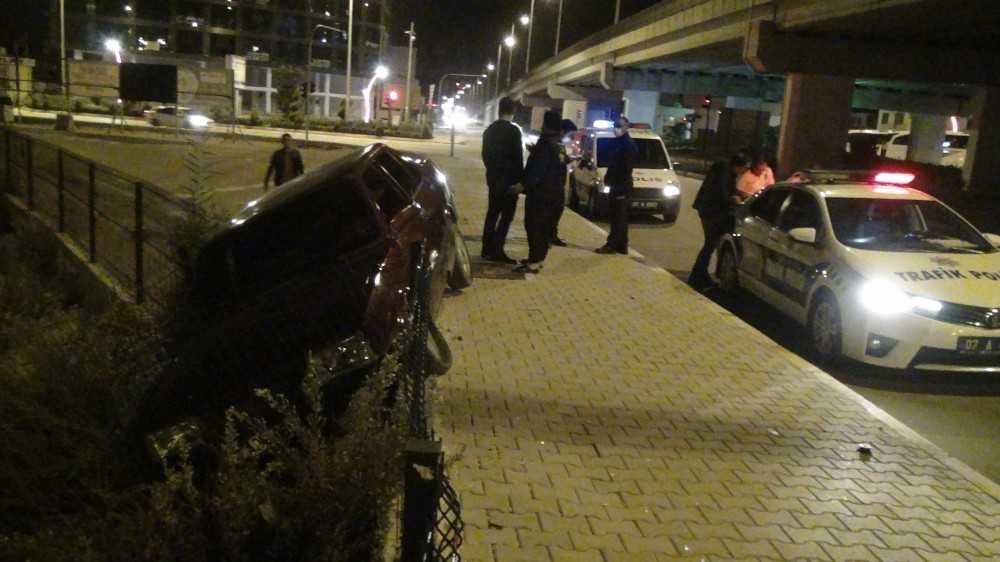 Yoldan çıkan otomobilin dereye uçmasına tel çitler engel oldu