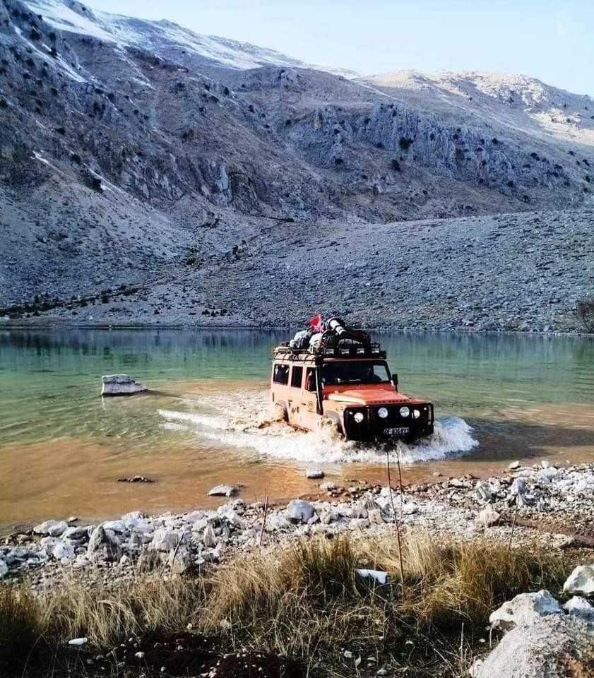 Doğa harikası göle arazi aracı ile girilince, muhtar göle giden yolu iş makineleri kayalarla kapattı