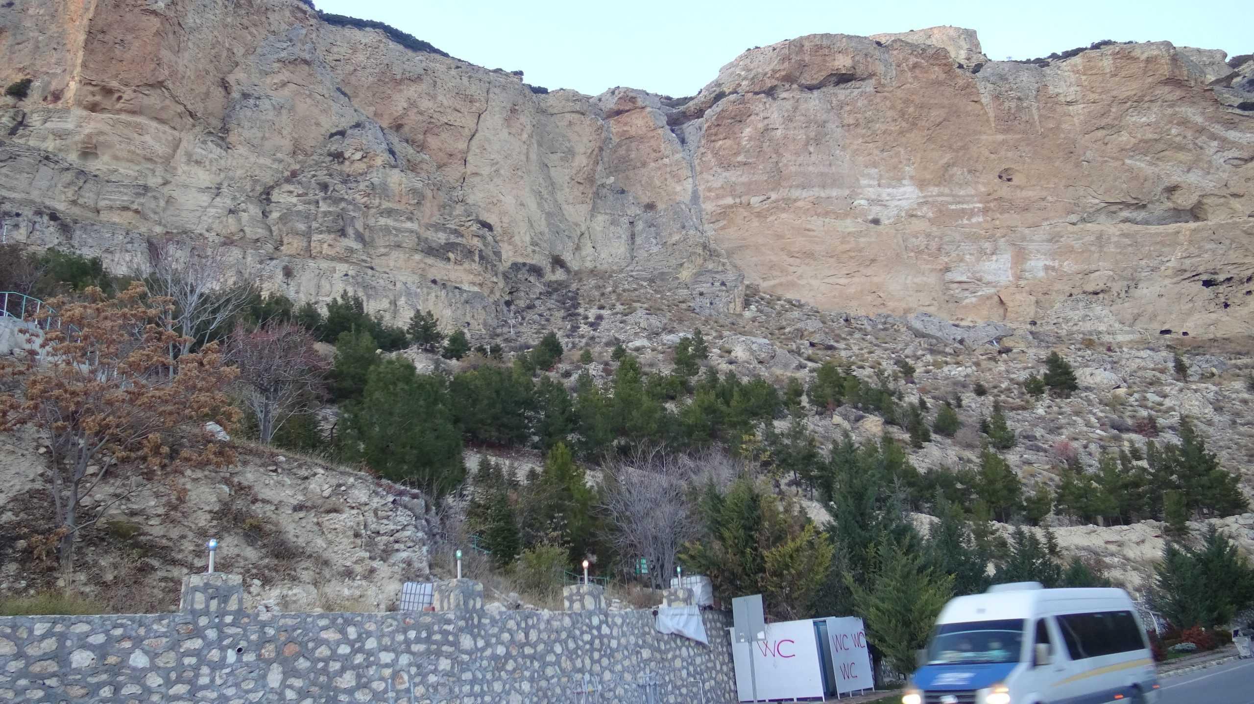 Akdeniz açıklarındaki 5.2'lik deprem Karaman'da kayaları yerinden oynattı.