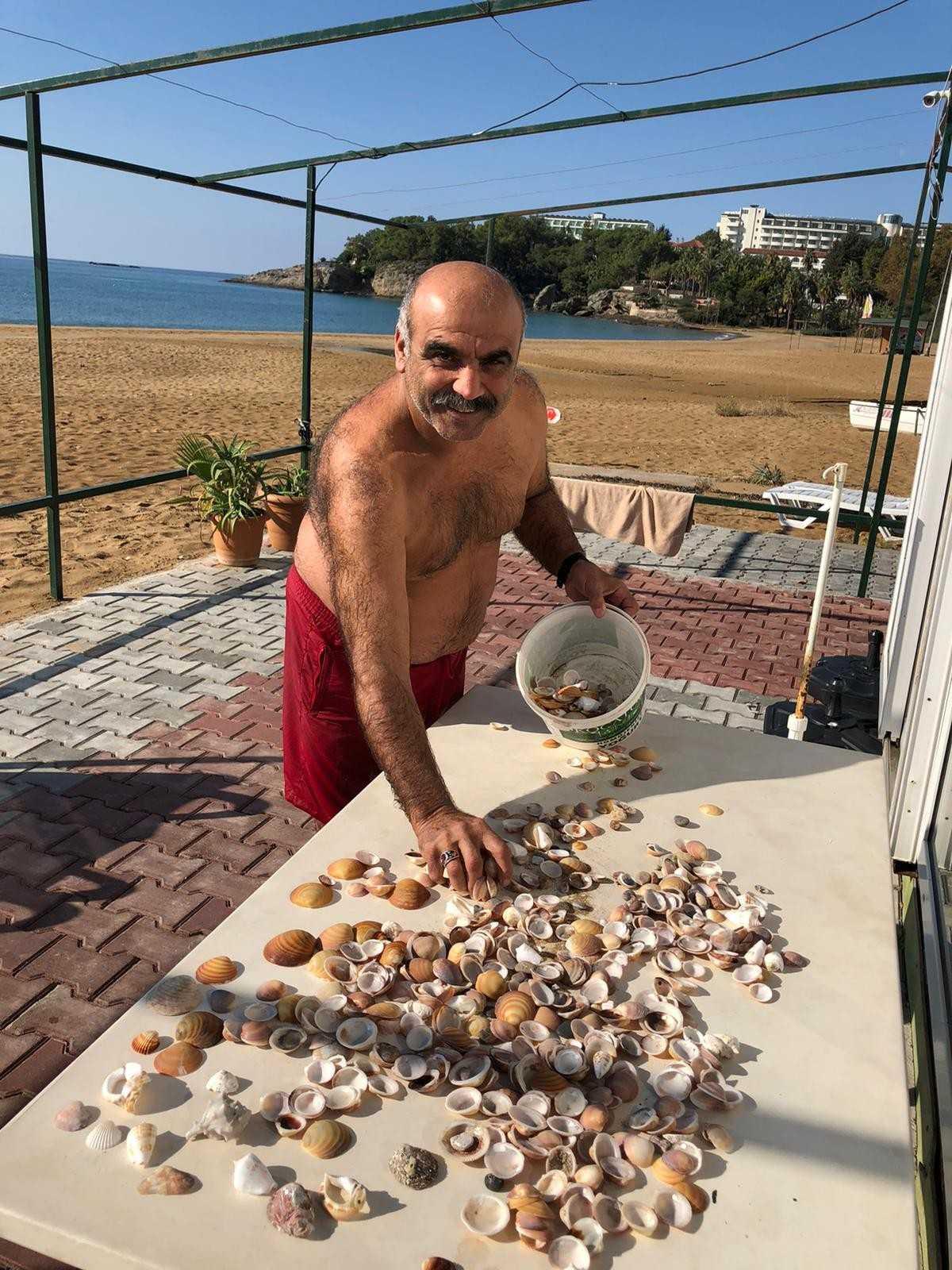 Boş kalan sahillerde definecilerden sonra deniz kabuğu koleksiyoncuları iş başında