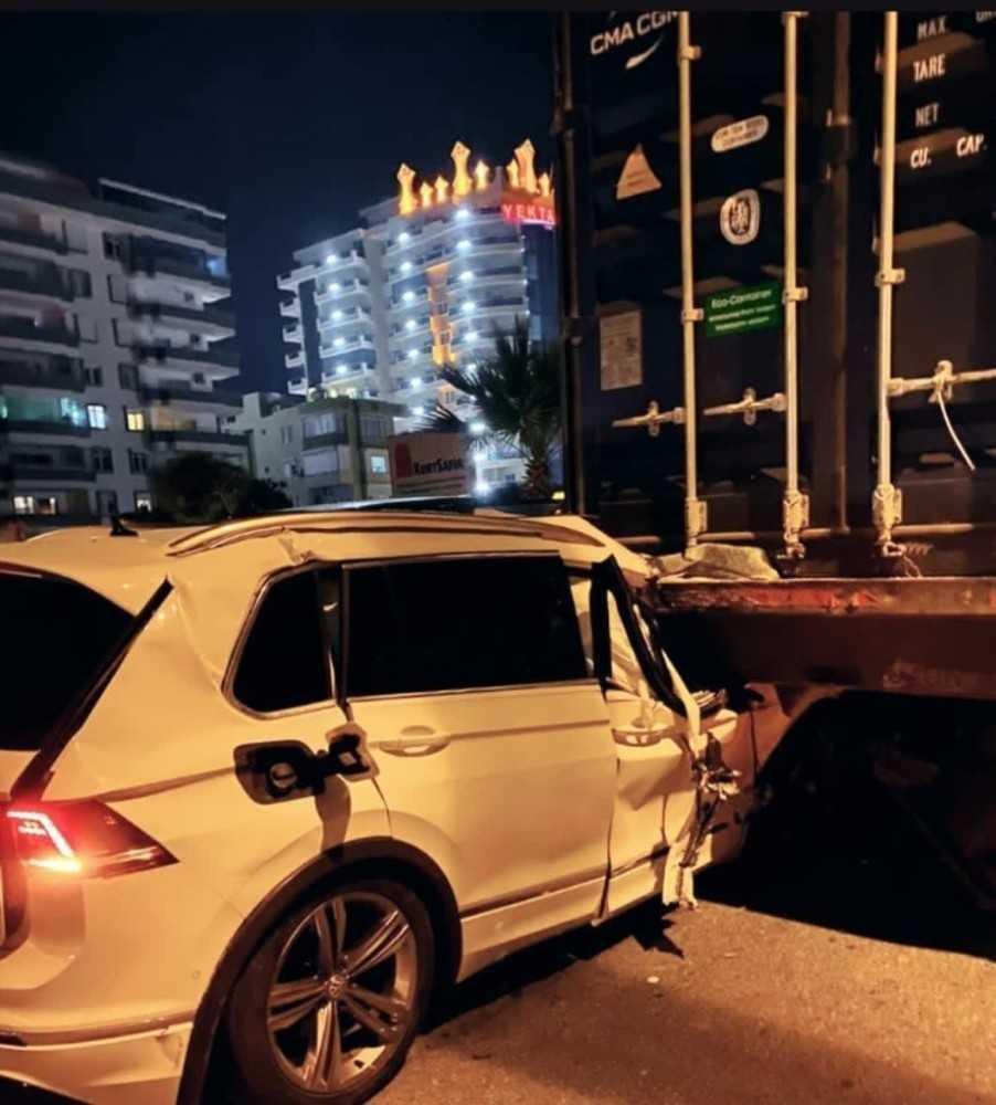 Alanya'da otomobille kamyon çarpıştı: 1 ölü