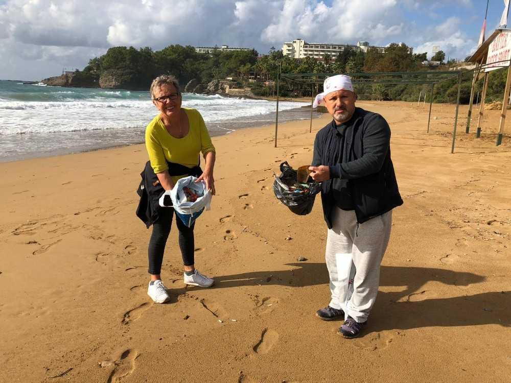 Alanya'da temiz çevre isteyen evli çift, plajda çöp topladı