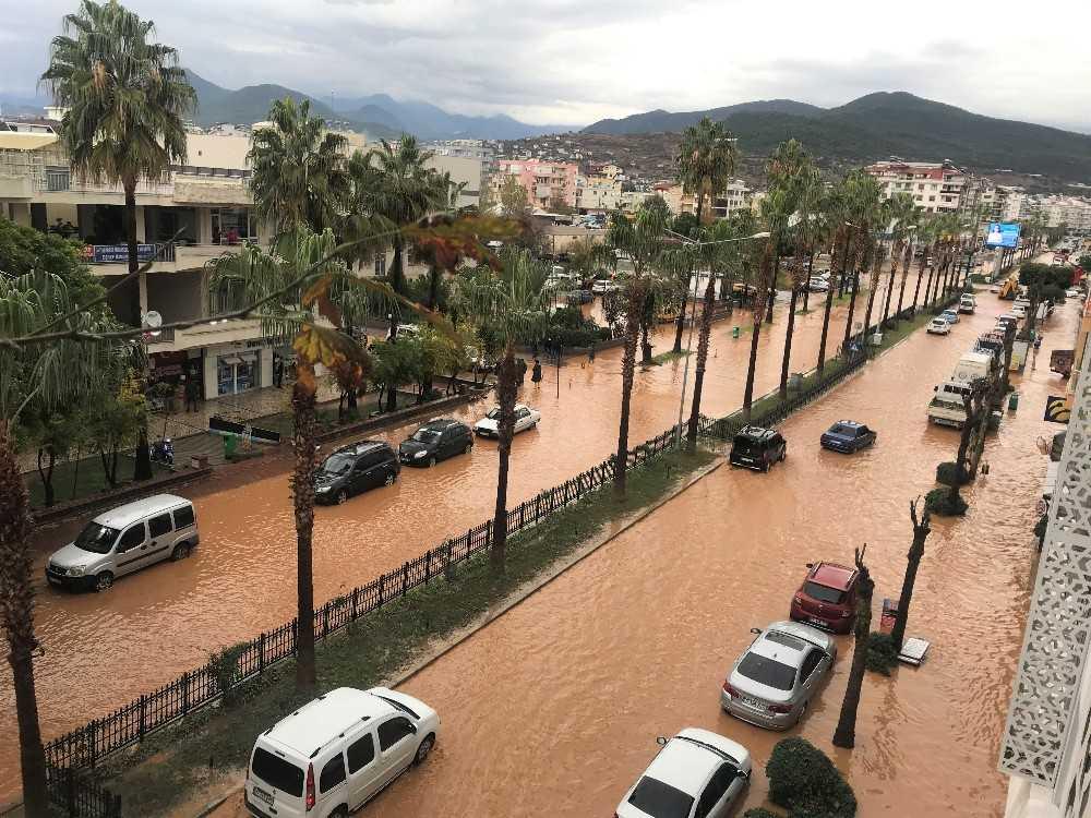 Antalya'da kısa süren şiddetli yağış sele sebep oldu