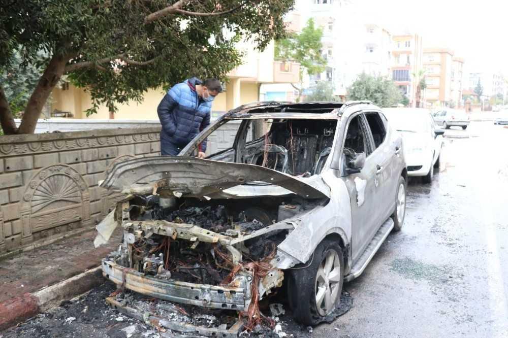 Antalya'da öğretmeni uykusundan uyandıran araç yangını