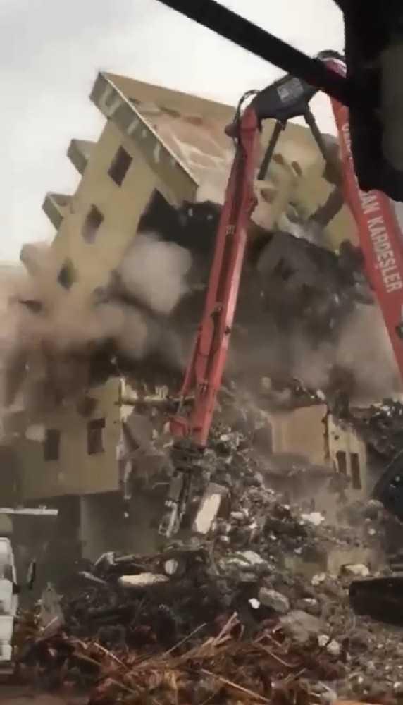 Antalya'da yıkımı yapılan binanın iş makinesi üzerine doğru yıkılması korkuttu