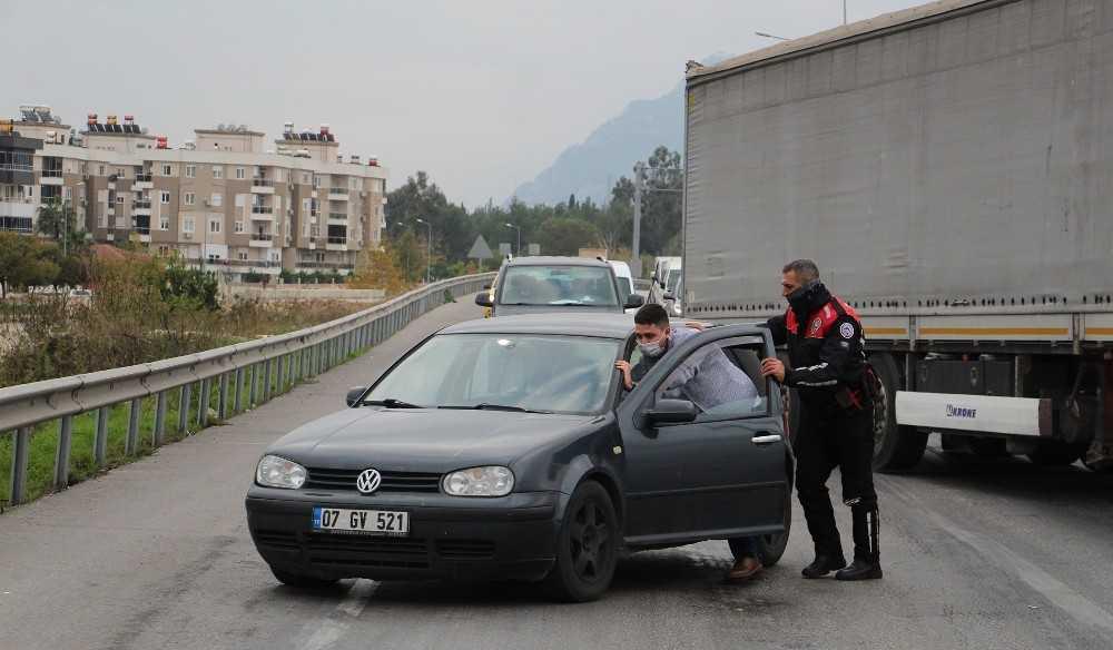 Antalya'da yunus polisinden yolda kalan sürücüye yardım