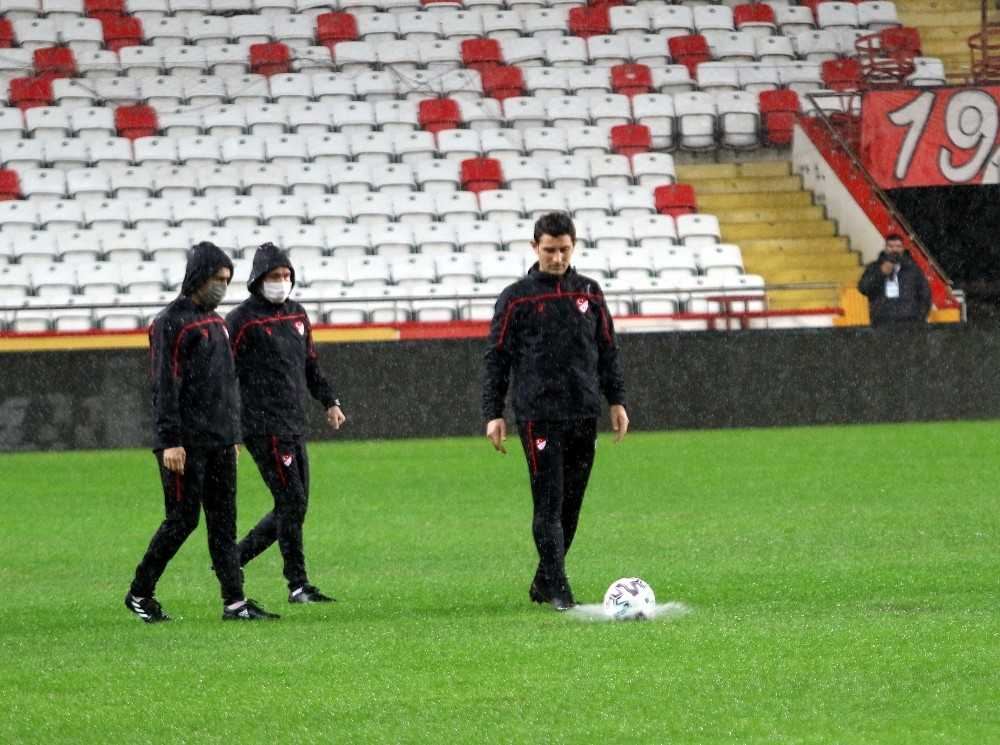 Antalyaspor – Hatayspor maçı yağmur sebebiyle ertelendi