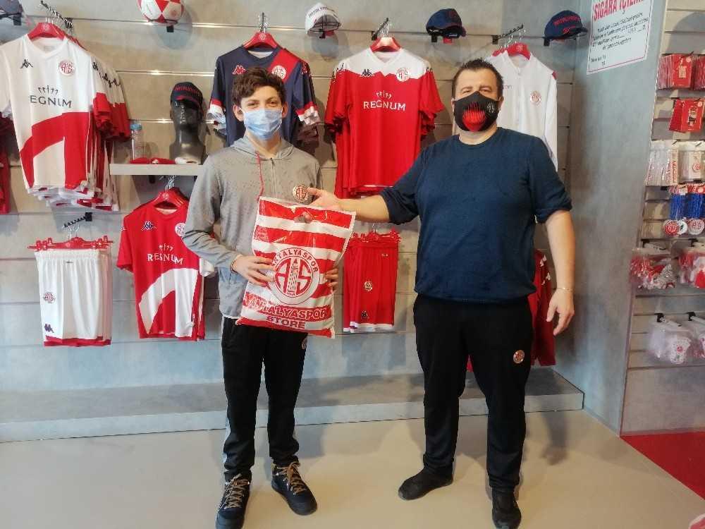 Antalyaspor Kulübü Derneği'nden yüzücülere hediye