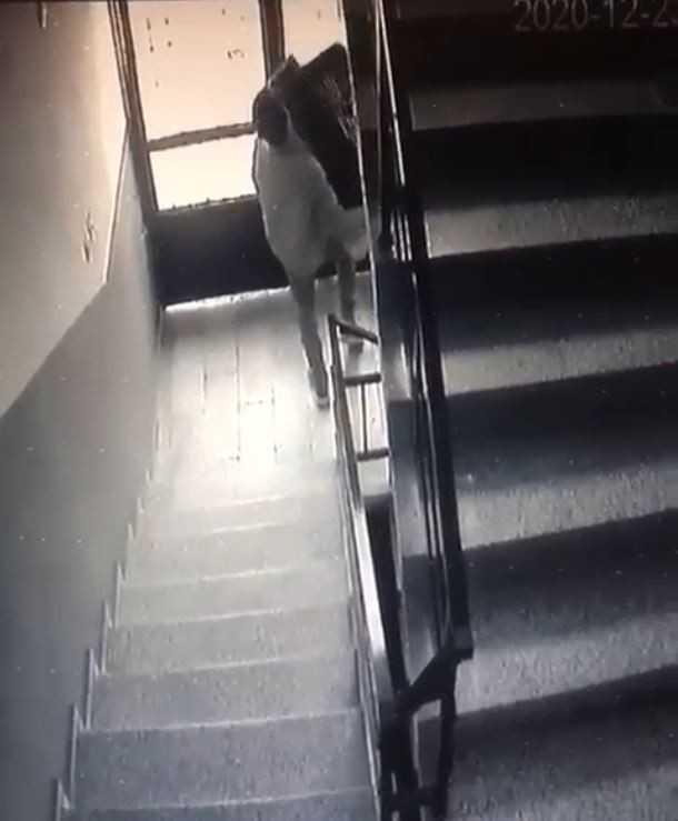 Depodan eşya çalıp çıkarken apartman yöneticisine selam verdi