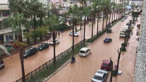 Gazipaşa'da yağış sonrası yollar göle döndü